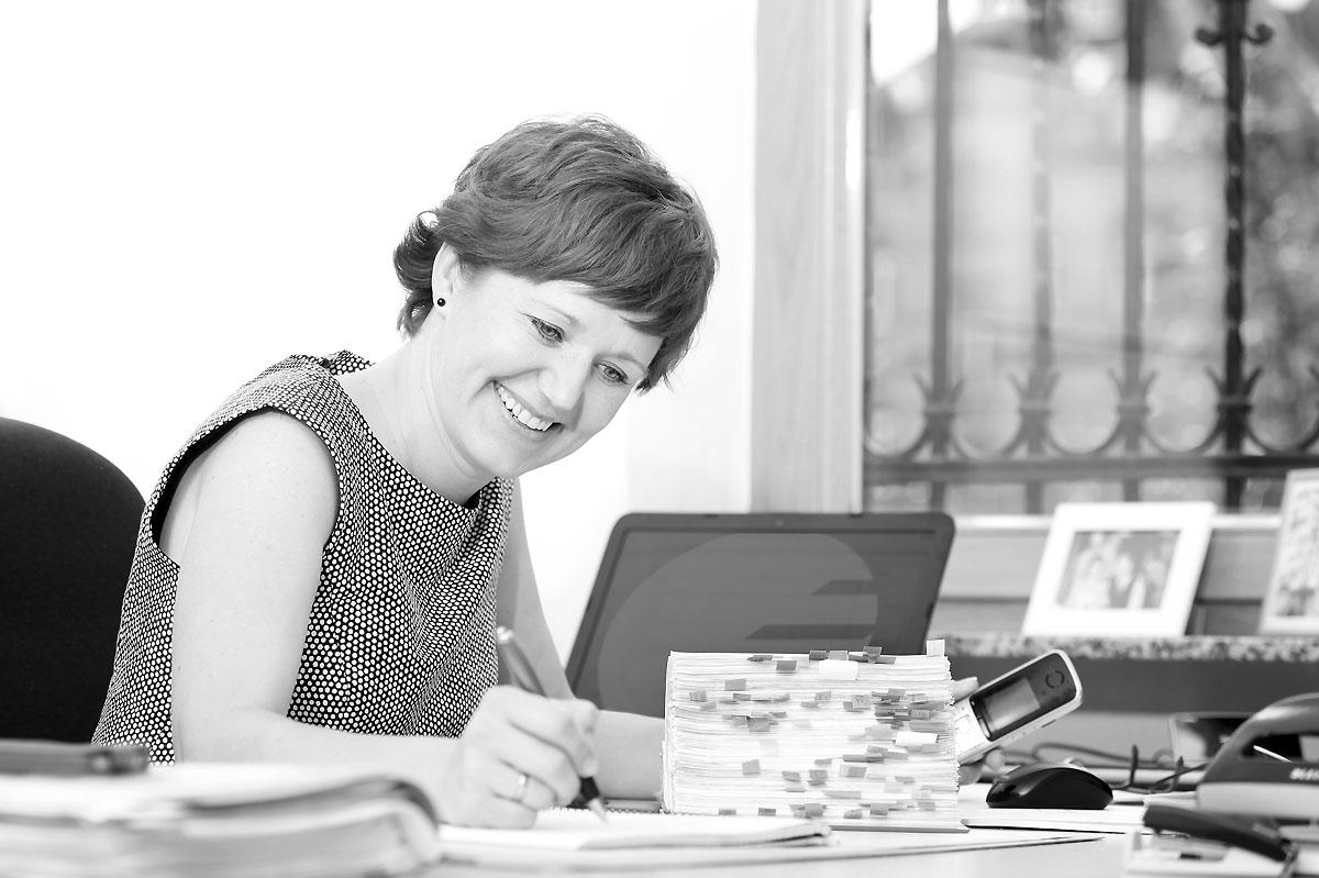 Katharina Binder im Büro in Wiesbaden
